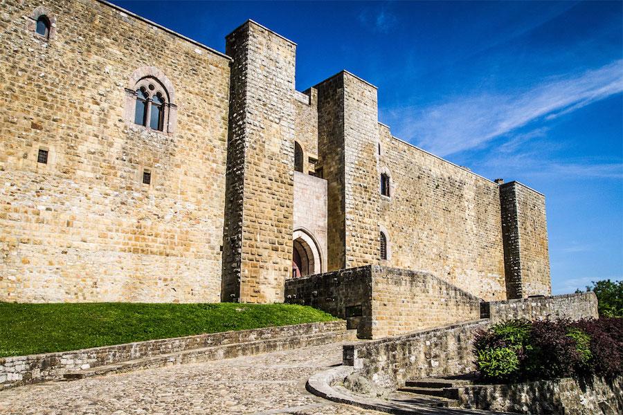Castel_Lagopesole_ingresso_castello_itinerario_Basilicata-da-vedere
